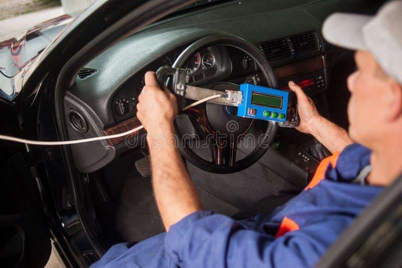Mekanikerdiagnos av styrningen i service för auto reparation royaltyfri foto