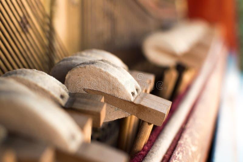Mekanikerhammare och gammalt piano för radinsida fotografering för bildbyråer