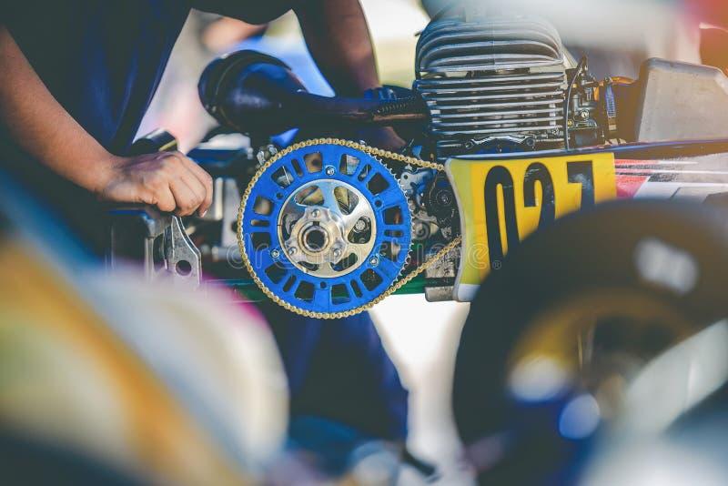 Mekanikerhanden går för motor` s för kart den tävlings- kontrollen för service avaien royaltyfria bilder