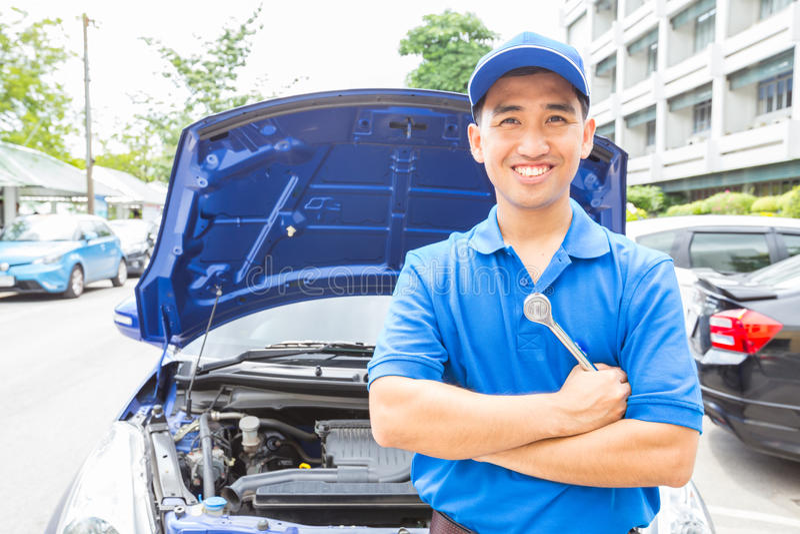 Mekanikerman med hjälpmedlet för reparationsbil Service för auto reparation royaltyfria foton