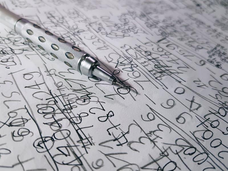 Mekanisk blyertspenna på Hand-skriftlig bakgrund för ark för matematikberäkningspapper fotografering för bildbyråer