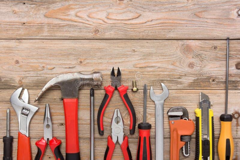 Mekanisk sats i träbakgrund för målningsrulle för konstruktion inomhus vägg för hjälpmedel royaltyfri bild