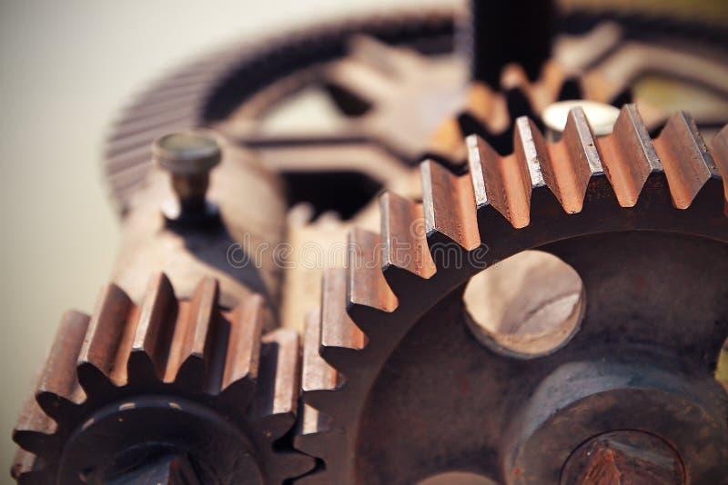 Mekaniskt kugghjul för närbild med ett stort tandat hjul av dammluckan arkivfoton