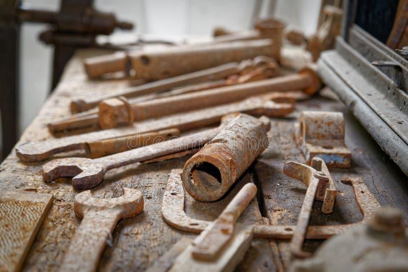 Mekaniskt seminarium av en gammal övergiven fabrik arkivbild