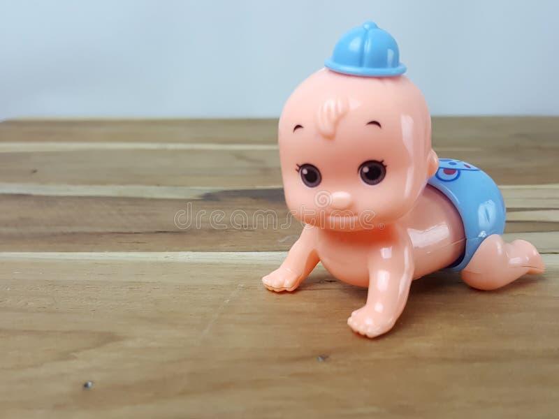 Mekaniskt spola upp att krypa behandla som ett barn leksaken på wood bakgrund royaltyfria foton