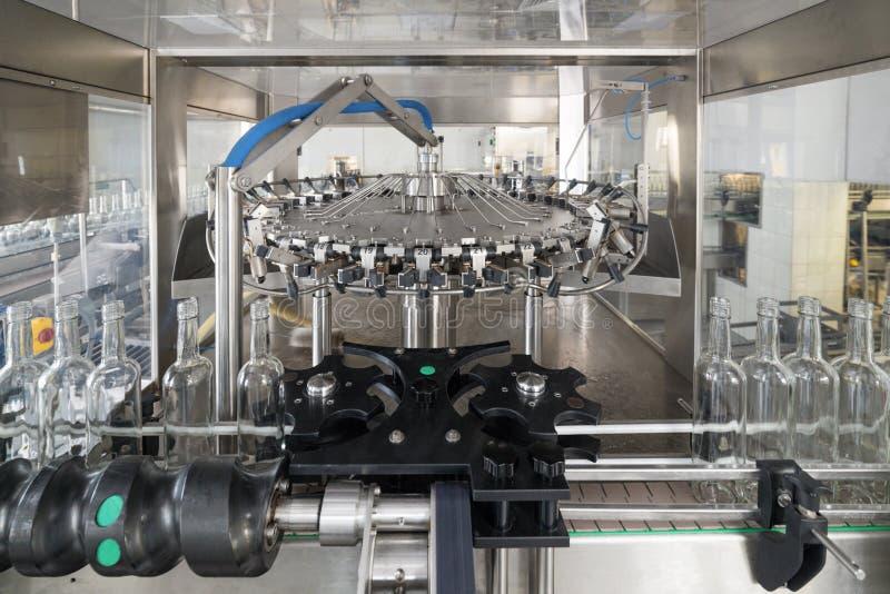 Mekanism av att gripa och att vända över av flaskor, automat för tvagningglasflaskor arkivbilder