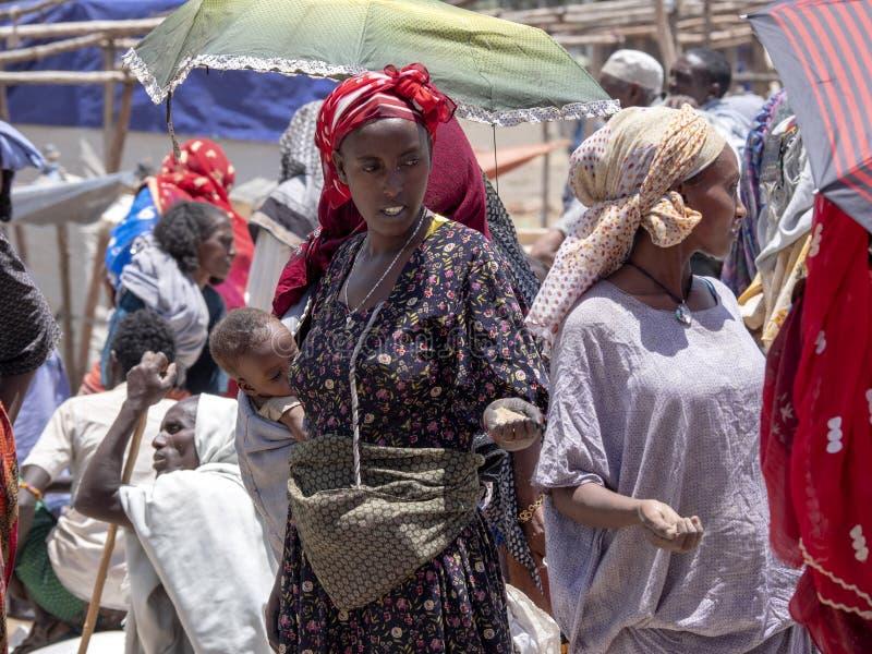 MEKELE ETIOPIEN, APRIL 30th 2019 en upptagen infödd marknadsplats, April 30th 2019 Mekele, Etiopien royaltyfria bilder