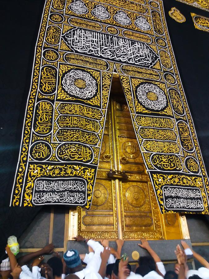 MEKKA, SAUDI-ARABIË - Maart 2019: De gouden deuren van de Heilige Kaaba-close-up, die met Kiswah worden behandeld Massief slot op royalty-vrije stock fotografie