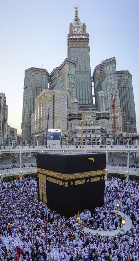 MEKKA, SAUDI-ARABIEN - 24. DEZEMBER 2014: Moslemisches Pilger circum stockfotografie