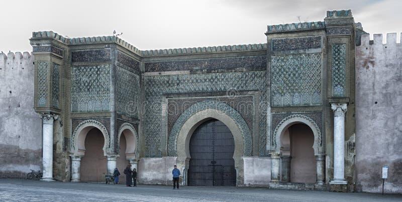 Meknes, Marrocos - 18 de fevereiro de 2017: Povos não identificados na frente da porta de Bab el Mansour em Meknes foto de stock