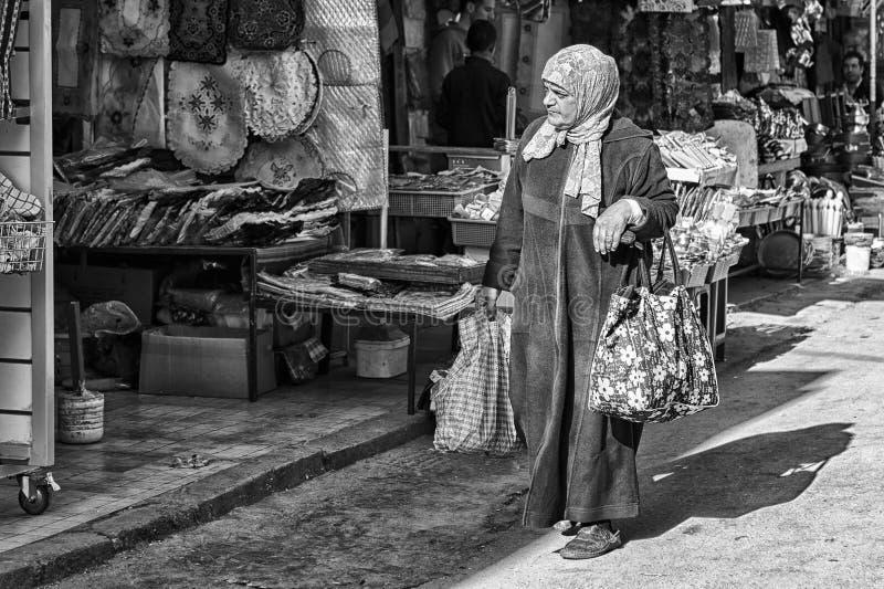MEKNES, MARRUECOS - 18 DE FEBRERO DE 2017: Mujer no identificada que camina en la calle de Meknes, Marruecos Meknes es uno de los fotografía de archivo