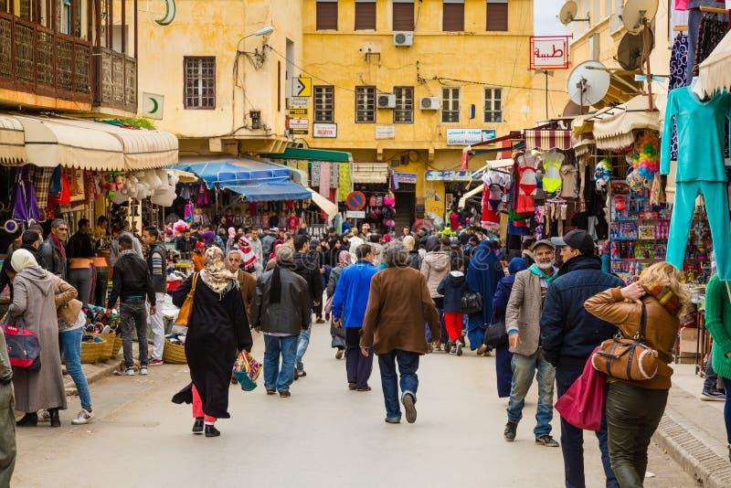 Meknes, Marruecos - 4 de marzo de 2017: Calle ocupada del negocio fotografía de archivo