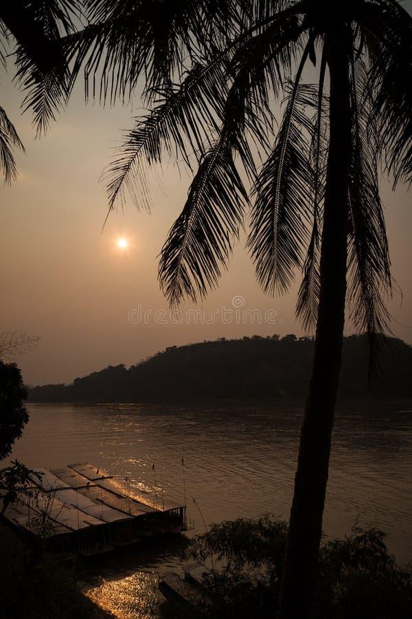 Mekong River em Luang Prabang no por do sol fotos de stock