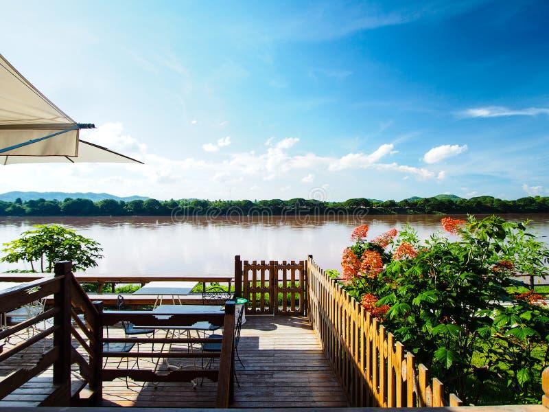 Mekong rivier bruine kleur en blauwe hemel stock fotografie