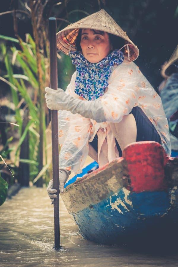 MEKONG, VIETNAME Mulher com seus turistas levando do barco fotos de stock