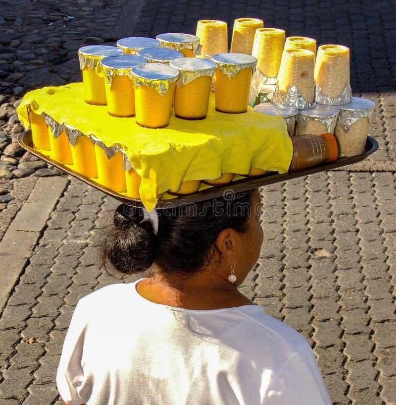Meksyk damy przewożenia napoje Na Ona Kierownicza & jedzenie zdjęcie stock