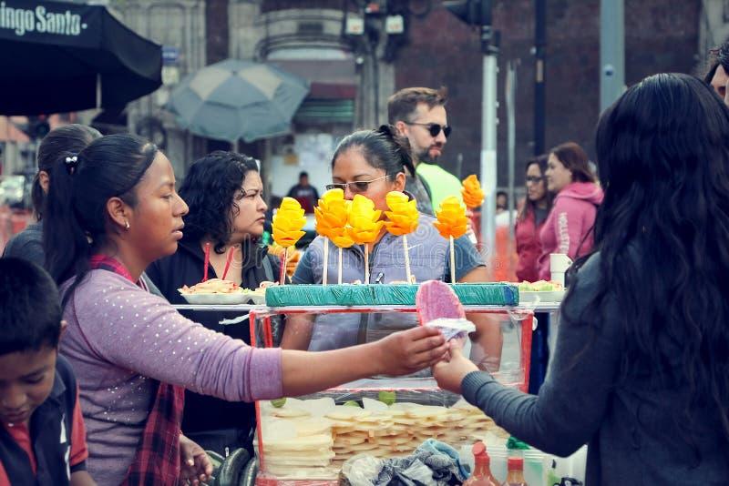 Meksyk Meksyk, Grudzień, - 31, 2018: Miejscowi i turyści kupują ulicznego jedzenie w ulicach centrum Meksyk obraz royalty free