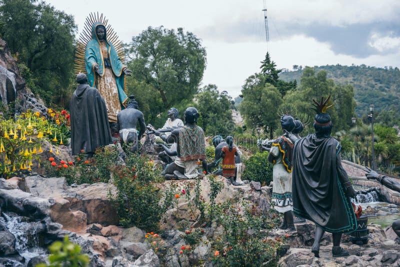 MEKSYK, WRZESIEŃ - 20: Rzeźba azteków ludzie uwielbia maryja dziewica zdjęcia royalty free