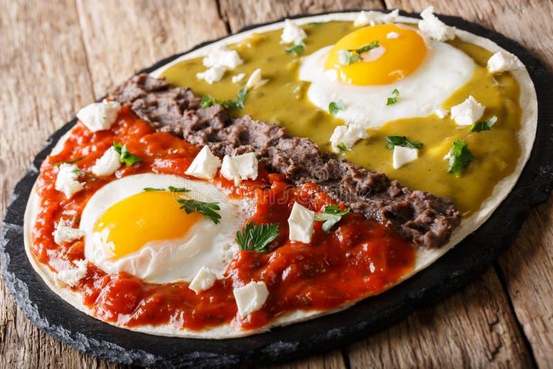 Meksykańscy śniadaniowi huevos divorciados jajka z Frijoles refri zdjęcie stock