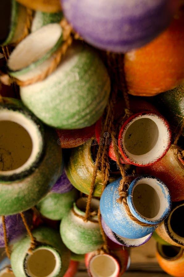 Meksykańscy ceramiczni garnki na arkanach zdjęcia royalty free