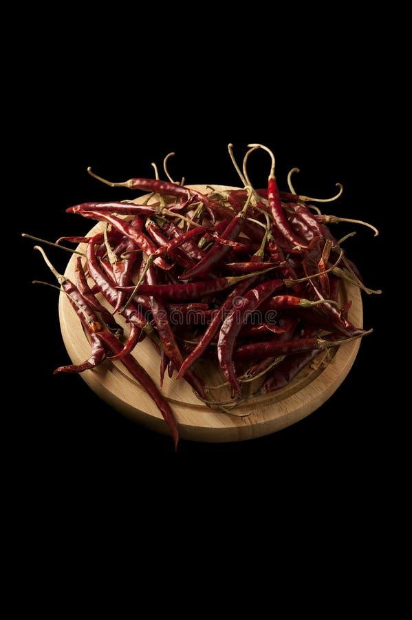 Meksykańscy chillis na drewnianym talerzu zdjęcia stock