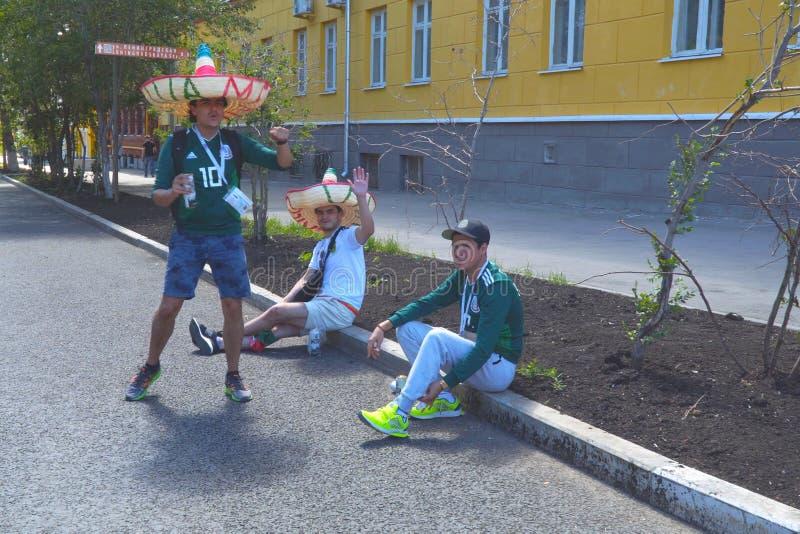 Meksykańscy fan piłki nożnej na ulicach Samara zdjęcie royalty free