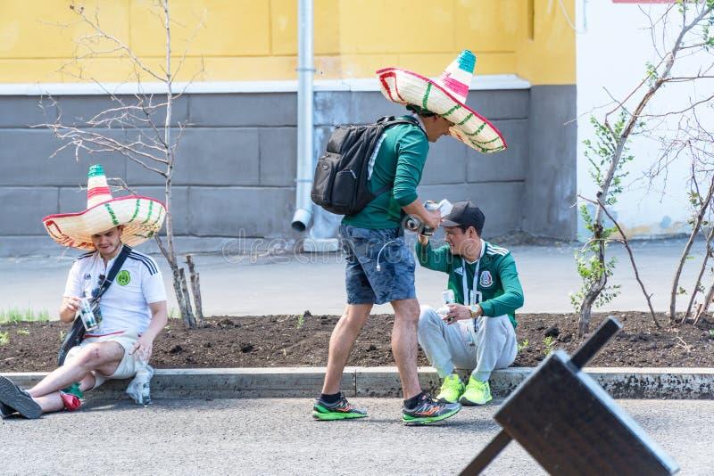 Meksykańscy fan piłki nożnej na ulicach Samara podczas futbolowego pucharu świata 2018 obrazy stock