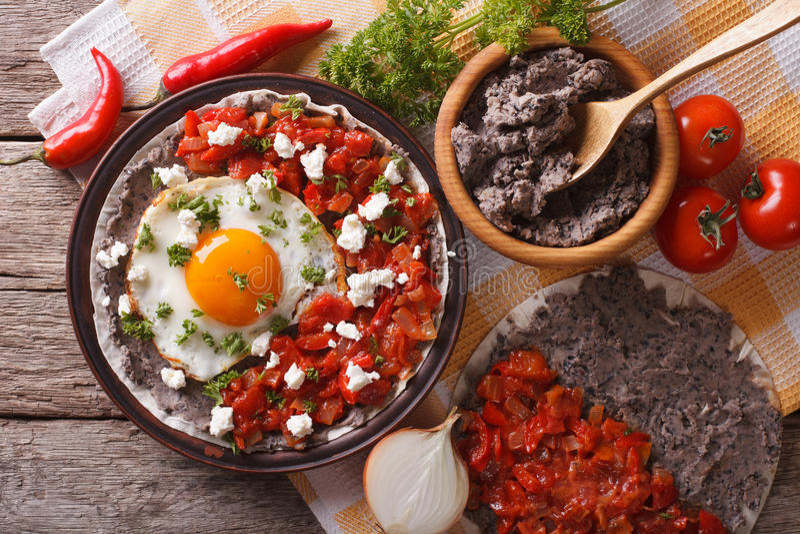 Meksykańscy huevos rancheros na półkowym zbliżeniu horyzontalny wierzchołek vi obraz stock