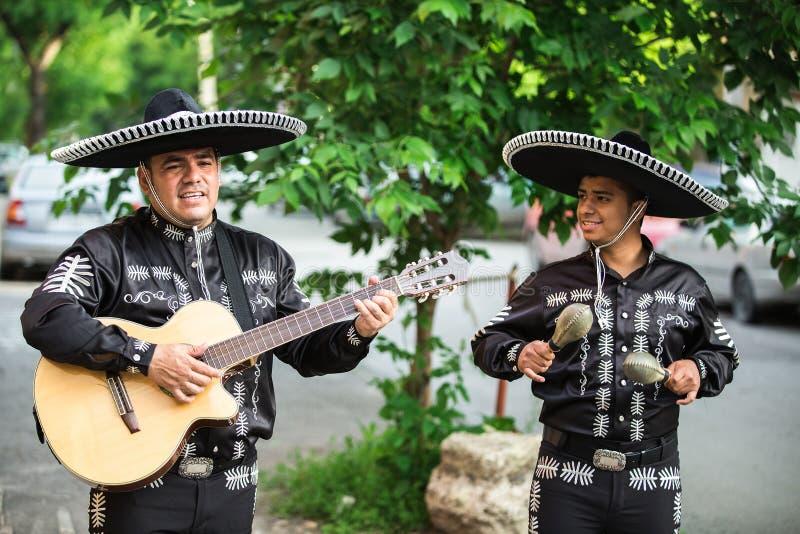 Meksykańscy muzycy w tradycyjnym kostiumu mariachi zdjęcie stock