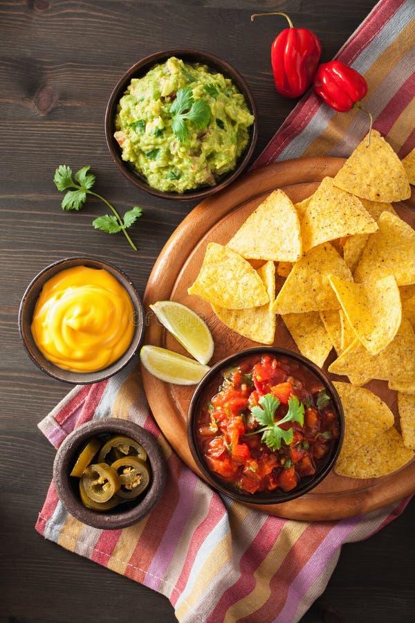 Meksykańscy nachos tortilla układy scaleni z guacamole, salsa i sera d, zdjęcia royalty free