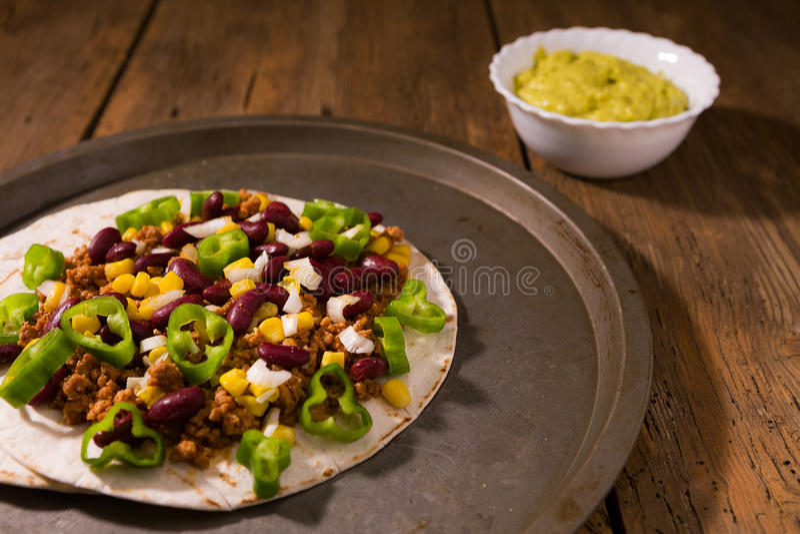 Meksykańscy tortillas z mięsem, czerwonymi fasolami, Jalapeno pieprzem i sals, zdjęcia royalty free