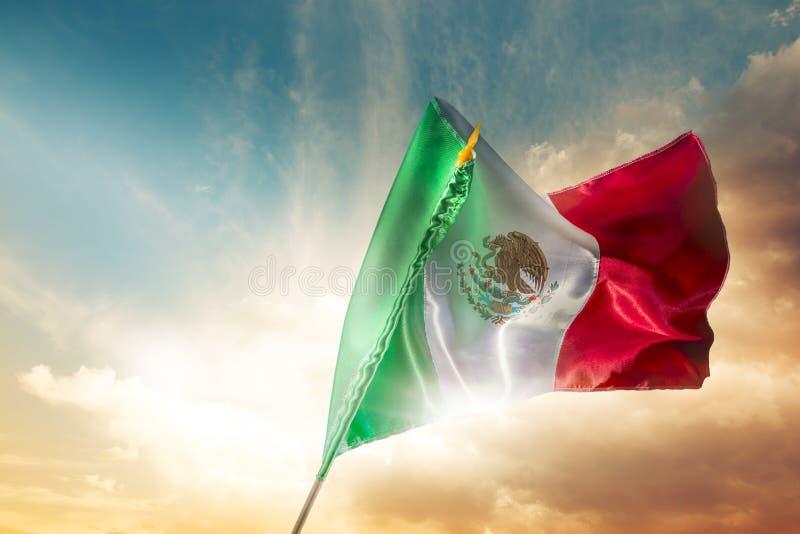 Meksykańska flaga przeciw jaskrawemu niebu, dzień niepodległości, Cinco De Ma fotografia stock