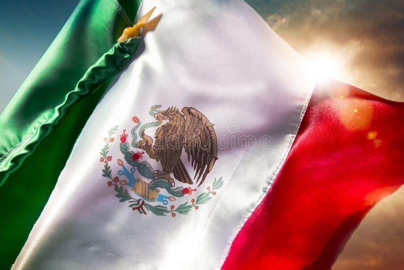 Meksykańska flaga przeciw jaskrawemu niebu, dzień niepodległości, Cinco De Ma obraz stock