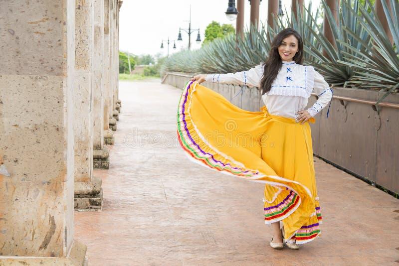 Meksykańska kobieta z kulturalnymi elementami obrazy stock
