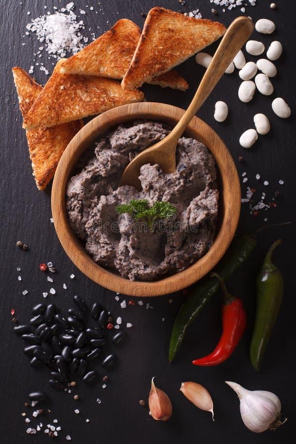 Meksykańska kuchnia: łeb czarnych fasoli zamknięty up Pionowo odgórny widok fotografia royalty free