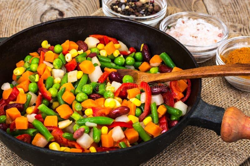 Meksykańska mikstura warzywa, gotująca w smaży niecce zdjęcia royalty free