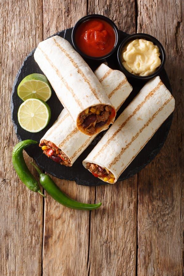 Meksykańska popularna piec na grillu burrito przekąska z wołowiną a i warzywami zdjęcie royalty free