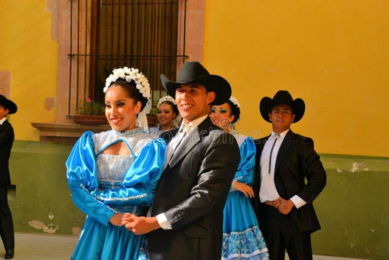 Meksykańska taniec grupa na scenie przy festiwalem Kulturalnym fotografia stock