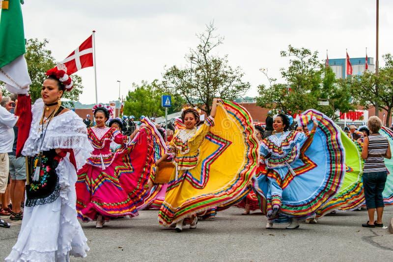 Meksykańska taniec grupa w kolorowych sukniach obrazy royalty free