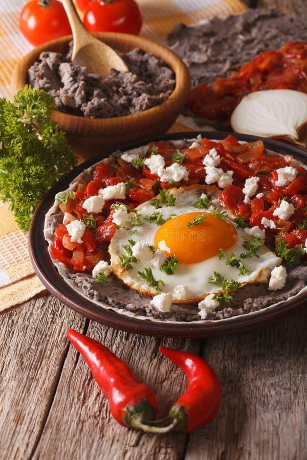 Meksykański śniadanie: huevos rancheros zakończenie pionowo fotografia stock