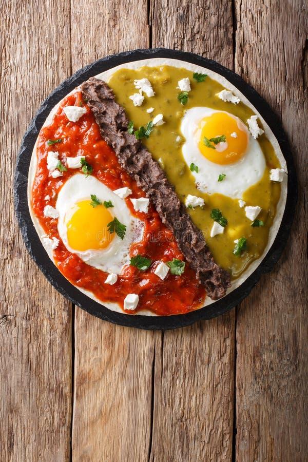 Meksykański śniadanie: jajek huevos divorciados z fasolami Frijoles r zdjęcie stock