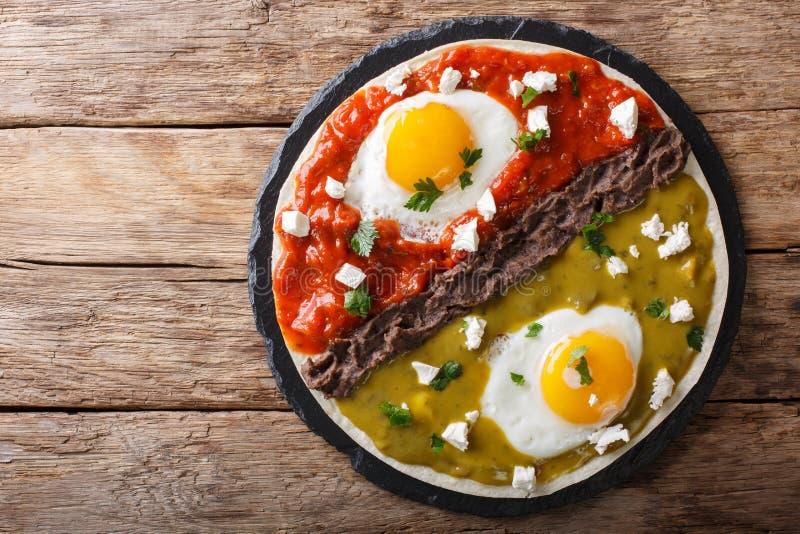 Meksykański śniadanie: jajek huevos divorciados z fasolami Frijoles r fotografia royalty free