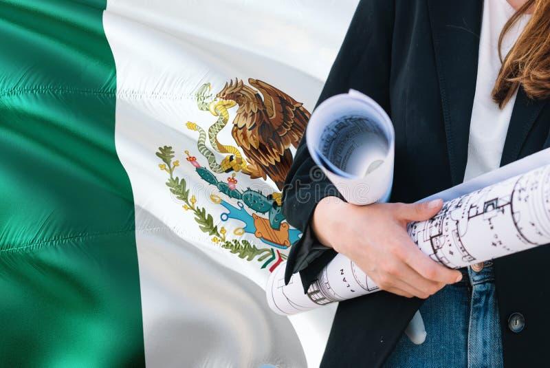 Meksykański architekt kobiety mienia projekt przeciw Meksyk falowania flagi tłu Budowy i architektury poj?cie obrazy stock