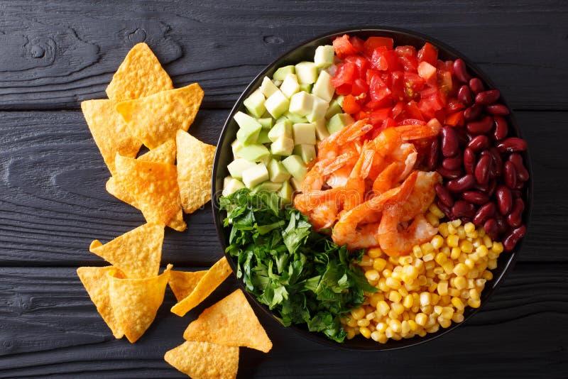 Meksykański burrito puchar z garnelą, fasolami, kukurudzą, avocado i ziele, obraz royalty free