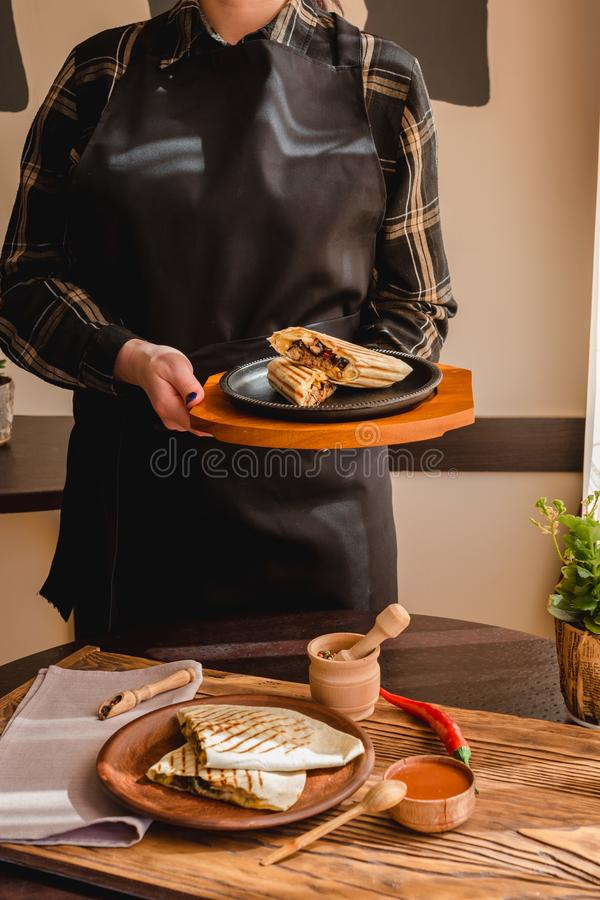 Meksykański burrito z kurczakiem, warzywami, pieprzem i fasolami, Burrithos quesadilla jedzenie w ręce obraz stock