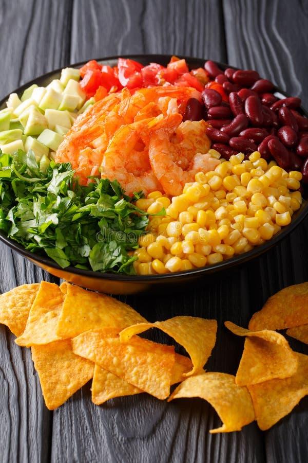 Meksykański jedzenie: burrito puchar z krewetkami i warzywa zakończeniem obraz stock