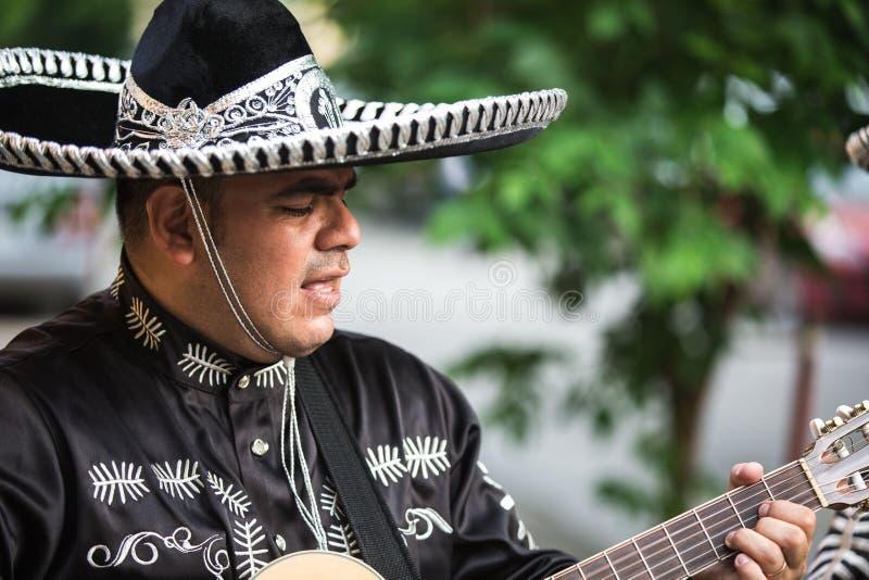 Meksykański muzyk na miasto ulicie zdjęcia stock