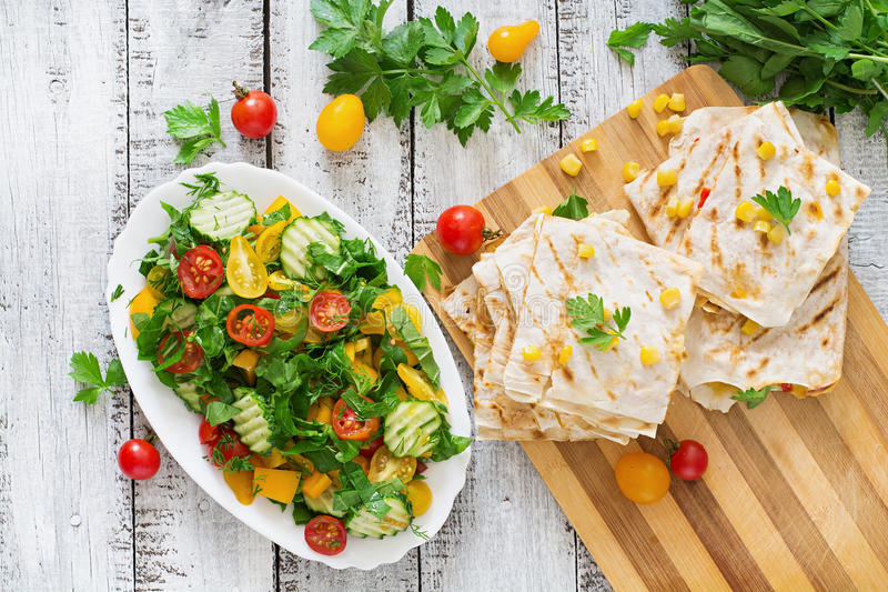 Meksykański Quesadilla opakunek z kurczakiem, kukurudzą i słodką sałatką, pieprzu i świeżej zdjęcie royalty free