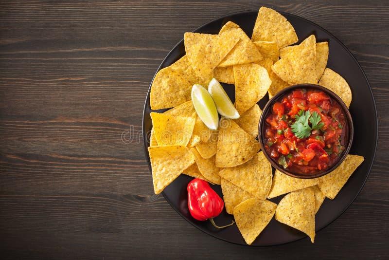 Meksykański salsa upad i nachos tortilla układy scaleni obrazy stock