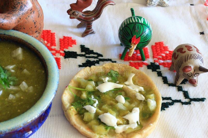 Meksykański salsa Verde Gordita i gliniani zwierzęta obrazy stock